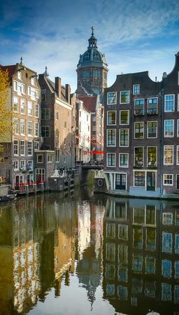 Amsterdam Altstadt Gebäuden und St. Nikolaus Kirche Kuppel reflektiert Oudezijds Voorburgwal