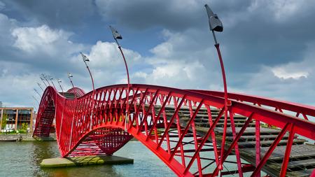 Die Python-Brücke, eine Fußgängerbrücke in Amsterdams Eastern Docklands, Niederlande