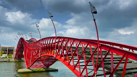 The Python Bridge, a pedestrian bridge in Amsterdams Eastern Docklands, Netherlands Standard-Bild