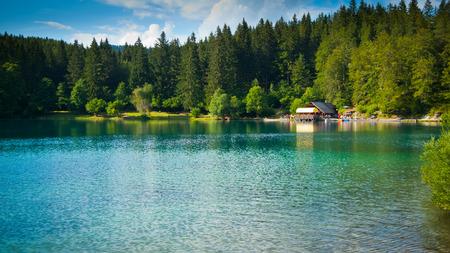 Horizontale Ansicht der unteren See und Hütte in Fusine, Tarvisio, Friaul, Italien