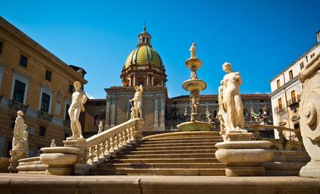 Niedrige Winkel Ansicht der Piazza Pretoria oder Piazza della Vergogna, Palermo, Sizilien, Italien