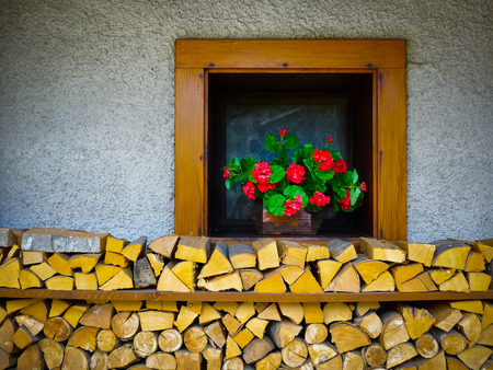 Gehackte und unter einer Hütte Fenster in Sauris, Carnia, Friaul, Italien, Europa gestapelte Holz Lizenzfreie Bilder