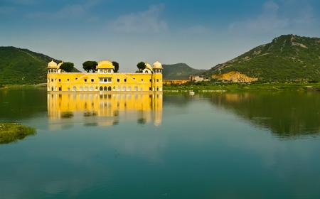 Jal Mahal, der Palast am Mann Sagar See in der Nähe von Jaipur, Rajasthan, Indien