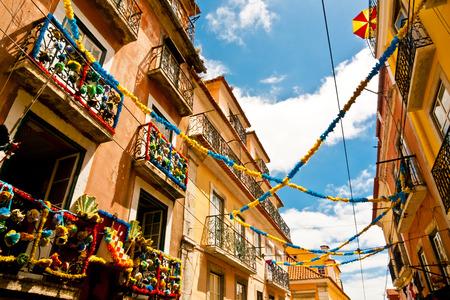 Balkons op een kleurrijke versierde steeg in Barrio Alto tijdens het Festival van Santo Antonio, Lissabon, Portugal