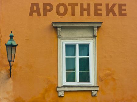 Antique Apotheke Fenster und Schild, Klagenfurt, Österreich
