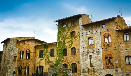Traditionelle Gebäude auf dem Platz von San Gimignano, Toskana, Italien Lizenzfreie Bilder