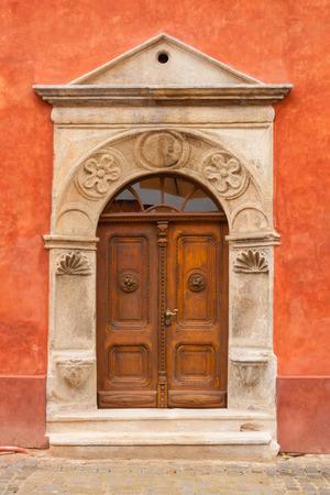 Antique door in the medieval town of Cesky Krumlov, Czech Republic Standard-Bild