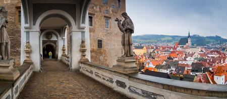 Panoramasicht auf die überdachte Brücke in Cesky Krumlov, Tschechische Republik