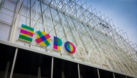 Mailand, Italien - 17. März 2015: Expo-Tor auf der Piazza Castello, Mailand, Italien. Trotz der anfänglichen Verzögerungen ist Mailand fast bereit für die Expo 2015.
