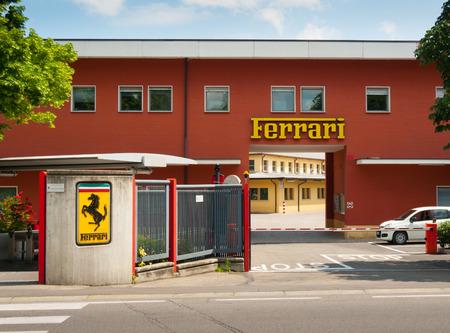 MARANELLO, ITALIEN - 20. Mai: Ursprünglicher Eingang zur Ferrari-Fabrik am 20. Mai 2016.