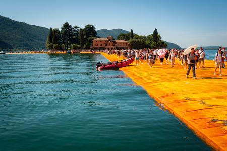 SENSOLE, ITALIEN - 27. JUNI: Christos schwimmende Piersinstallation nahe Isola di San Paolo am 27. Juni 2016. Das Projekt des bulgarischen Künstlers verbindet Montisola und San Paolo-Insel mit dem Festland unter Verwendung eines modularen schwimmenden Docksystems,
