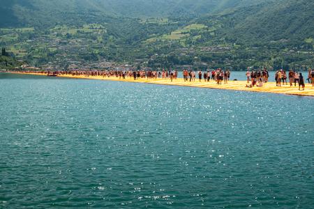 SENSOLE, ITALIEN - 27. JUNI: Christos schwimmende Piers längster Gehweg am 27. Juni 2016. Die temporären sich hin- und herbewegenden Gehwege werden mit 100.000 Quadratmetern gelbem Stoff bedeckt.