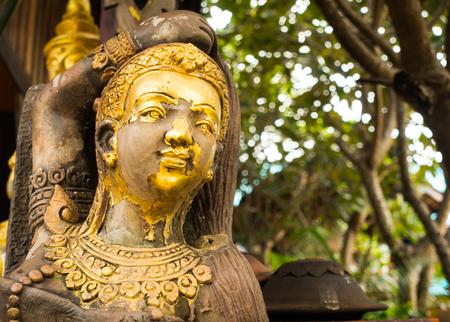 Verfallende Vergoldung auf einer hölzernen Statue der Göttin in Lamphun, Thailand