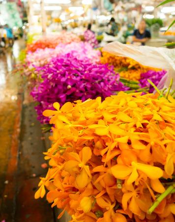 Bunte Blumen zum Verkauf innerhalb Bangkok Blumenmarkt, Thailand Standard-Bild