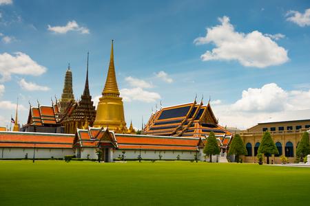 Der Tempel des Smaragdbuddhas gesehen über einem Rasen innerhalb des großartigen Palastkomplexes in Bangkok, Thailand Standard-Bild
