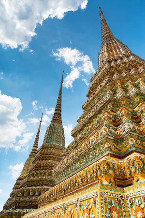 Buntes chedi gegen einen blauen Himmel in Wat Pho oder im Tempel des stützenden Buddhas, Bangkok, Thailand