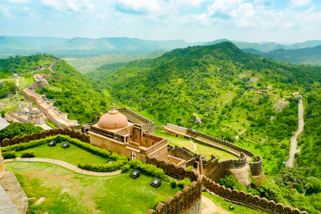 Ramparts and walls of Kumbhalgarh fort and surrounding hills, Rajasthan, India Stock fotó
