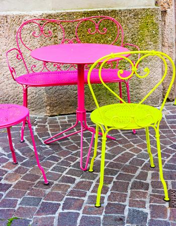 Table et chaises de café fluorescent dans les rues d'Innsbruck, Tyrol, Autriche Banque d'images