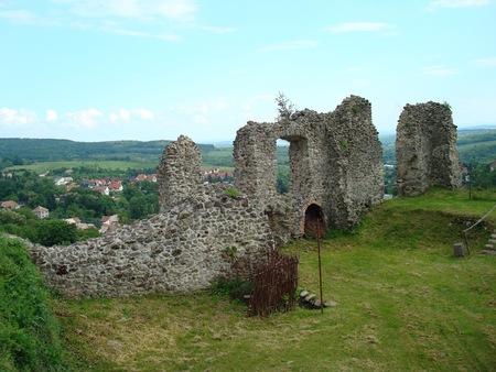 クラクフからブダペスト、ヨーロッパへのルート上に城の遺跡 写真素材