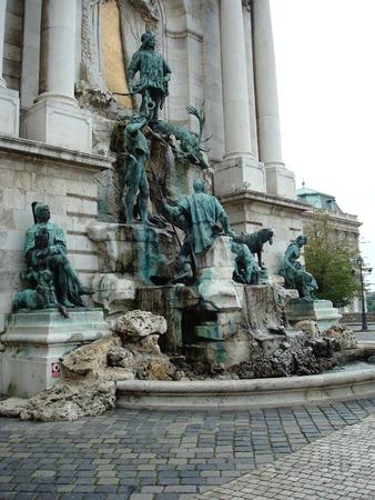 ライオンの中庭のブダ城の王宮ブダペスト, ハンガリー, ヨーロッパへの入り口でマティアスの噴水