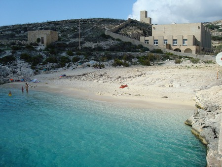 Qala、ゴゾ島、マルタ、ヨーロッパの近くの Hondoq ir Rummien ビーチ