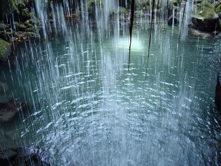 滝、ドミニカ国、カリブ海の後ろからエメラルド プール