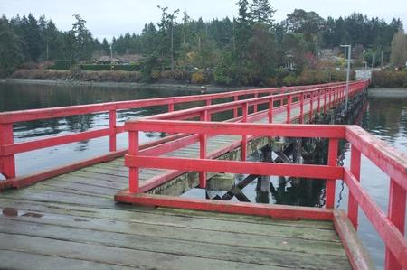 ファーンウッド ドック、細長いウォークオンの木造を赤に塗ったし、スワンソン チャネル、ソルト スプリング島, BC, カナダに 400 フィートを拡張し