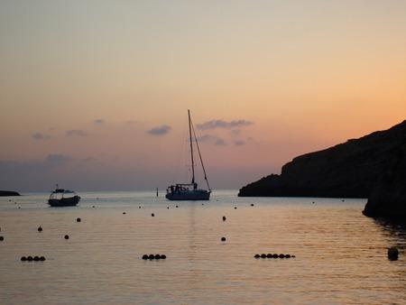 シレンディから夕暮れ時の水のボートのプロムナード、シレンディ、ゴゾ島、マルタ、ヨーロッパ