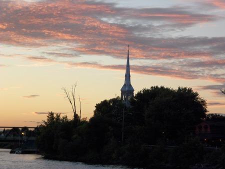 聖 Franois-ド販売教会、カナダ、ケベック州ガティノー夕暮れ時の尖塔