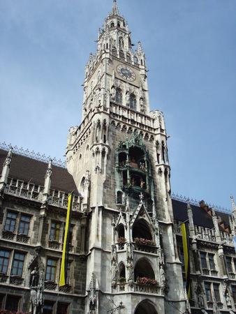 マリエン広場、ミュンヘン、ドイツ、ヨーロッパでグロッケンシュピールと新市庁舎の塔