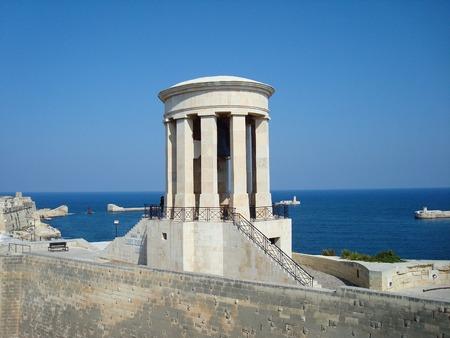 ベル記念と低 Barrakka ガーデン、バレッタ、マルタ、ヨーロッパから地中海を包囲します。
