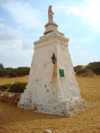 ラムラ ベイ ビーチ、ゴゾ島、マルタ、ヨーロッパの聖母マリアのマドンナ像