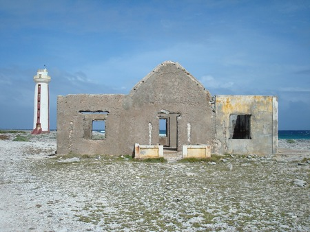 1837 年に建てられた Willemstoren 灯台と灯台守の家南ポイント ボネール島、カリブ
