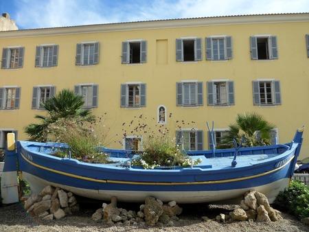 アジャクシオ、コルシカ島、フランス、ヨーロッパの建物の前にボート花プランターを放棄