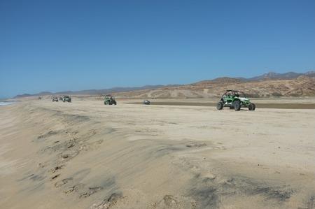カボサンルーカス、メキシコ ・ バハカリフォルニア ・ シュル ・北太平洋にあるビーチの砂丘のバギー