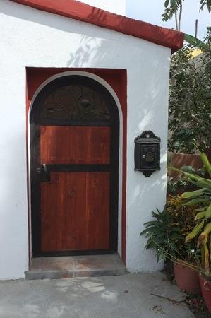 白い壁、サン ホセ デル カボ, バハ カリフォルニア スル、メキシコに木製のドア