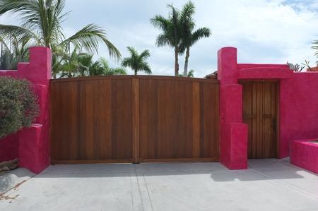 木製の門とドアに明るいピンクの壁、サン ホセ デル カボ, バハ カリフォルニア スル、メキシコ