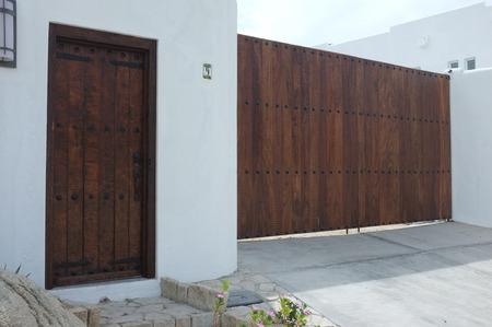 木製の門や白い壁、サン ホセ デル カボ, バハ カリフォルニア スル、メキシコのドア