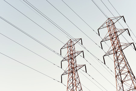 towering: Torre de acero se eleva al cielo de la oscuridad Foto de archivo