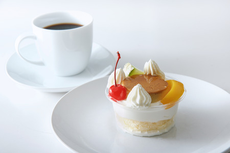 プリン ア・ラ・モードと白い背景のコーヒー