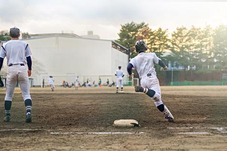 Middelbare school speler van het honkbal Redactioneel