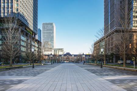 Landschap van het zakendistrict Marunouchi en het station van Tokyo in Tokio