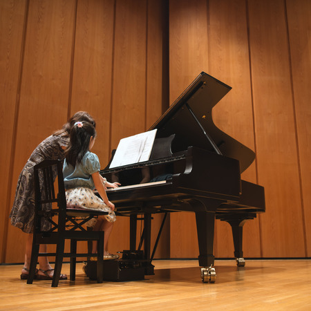 The girl who lesson in playing the piano Standard-Bild