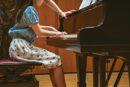 The girl who lesson in playing the piano Stockfoto