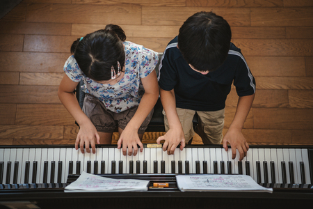 Duet of the piano of kids pianist Banque d'images