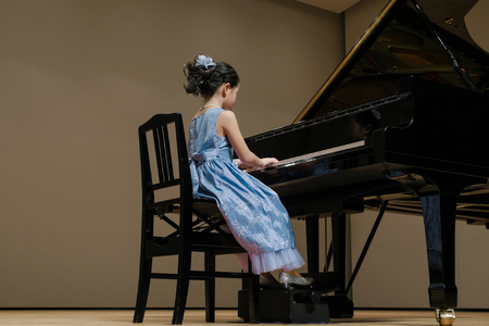 The girl who plays the piano on stage 版權商用圖片