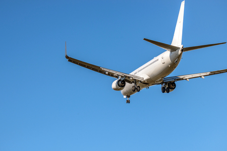 The passenger plane which flies in the blue sky 版權商用圖片