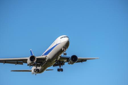Het vliegtuig dat opstijgt en landt Stockfoto