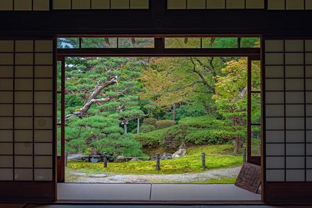 Vista al jardín japonés desde la habitación de estilo japonés