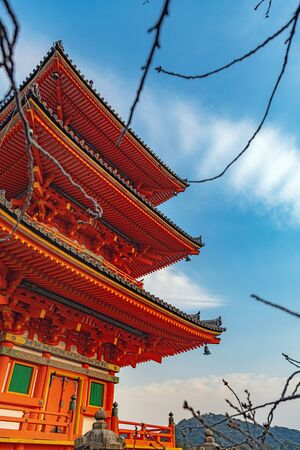 Three-storied pagoda of the Kiyiomizudera temple in Kyoto, Japan Imagens